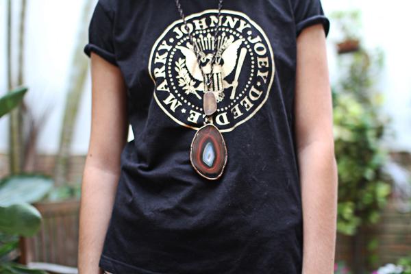 O colar mais longo fica um charme com uma camiseta folgada. A pedra rústica dá um toque menos cosmopolita