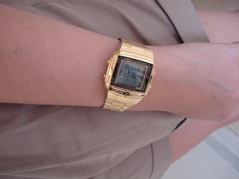 """O relógio, da Casio, é outro exemplo do consumismo de Lia. """"Não consegui ter só o dourado. Comprei também o prata""""."""