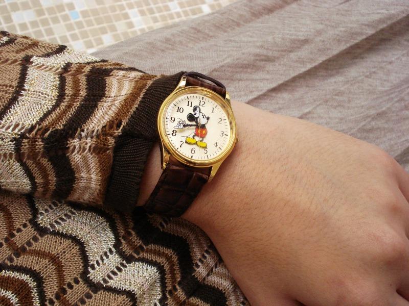 Pra fantasiar um pouco o look, Lia escolheu um relógio do Mickey Mouse.