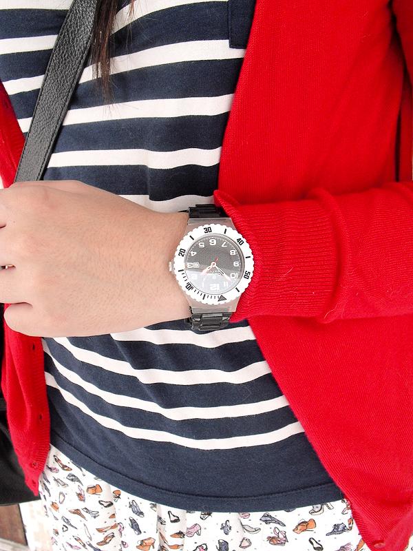 """Mix de estampas, mais um relógio, da Champion, e um novo segredo: """"Às vezes eu nem vejo as horas. Uso relógio mais como acessório mesmo. É quase uma pulseira pra mim""""."""