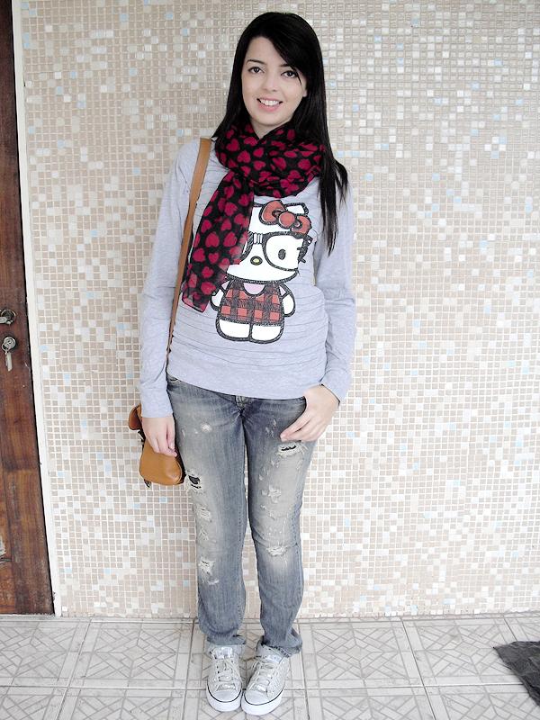 Domingo: Fã declarada da Hello Kitty, Lia não poderia deixar a gatinha fora da sua Semana de Moda. A camiseta é da Forever 21, o jeans e o lenço são da Zara.