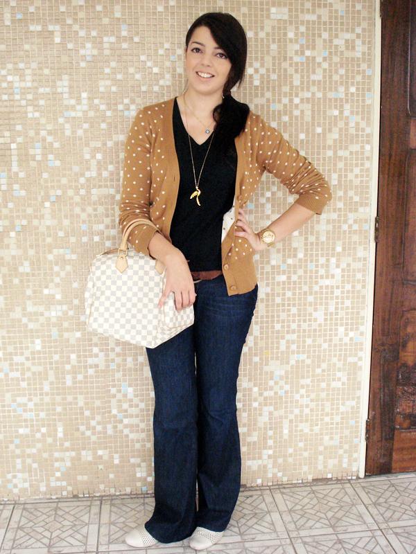 """Segunda-feira: Antes de mostrar o primeiro look, Lia se antecipou em fazer uma revelação. """"Estou numa fase caramelo. Comprei algumas pecinhas de outono e são todas puxadas para o marrom"""". Dito e feito! Na segundona ela vai de cardigã Farm (caramelo!!), camiseta básica da Hering, jeans da Zara, Oxford da Corello (bege!!) e bolsa Louis Vuitton."""