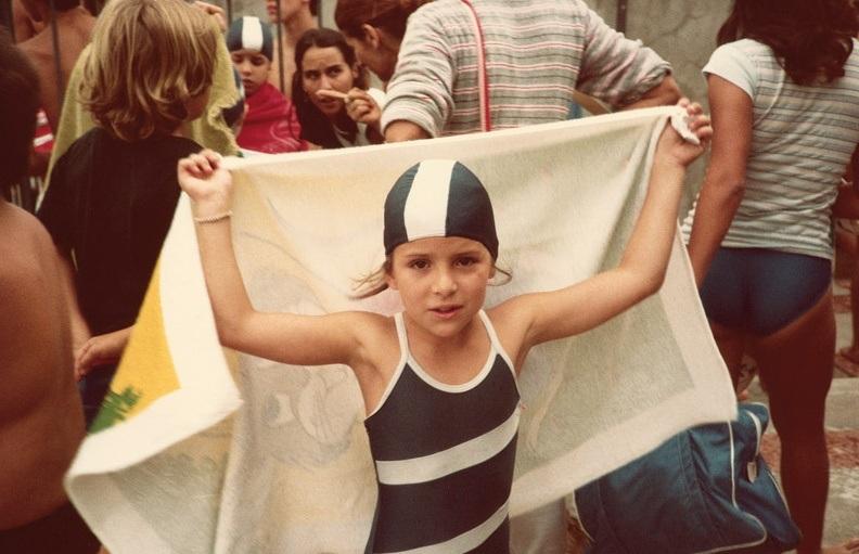 Antes de entrar na piscina em competição de natação
