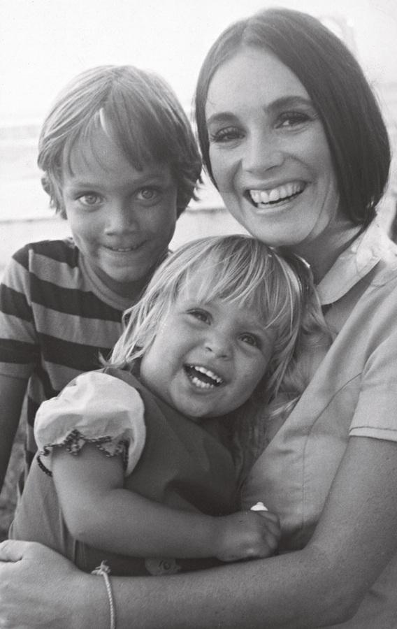 Em 1976, Gabriela, então com 2 anos, no colo da mãe e com o irmão André