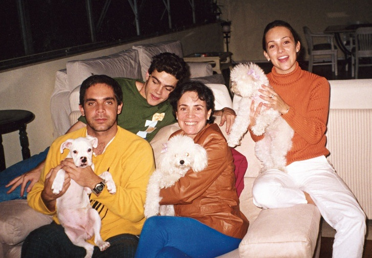 Em 2001, com André, João (irmão do segundo casamento da mãe, sete anos mais novo), Regina e os cães Luna, Bibi e Chiquinha