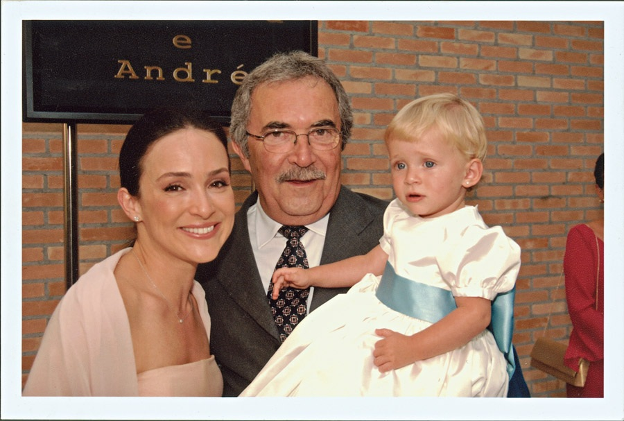 No casamento do irmão, com o pai, Marcos, e Manu, loira como Gabriela era na infância