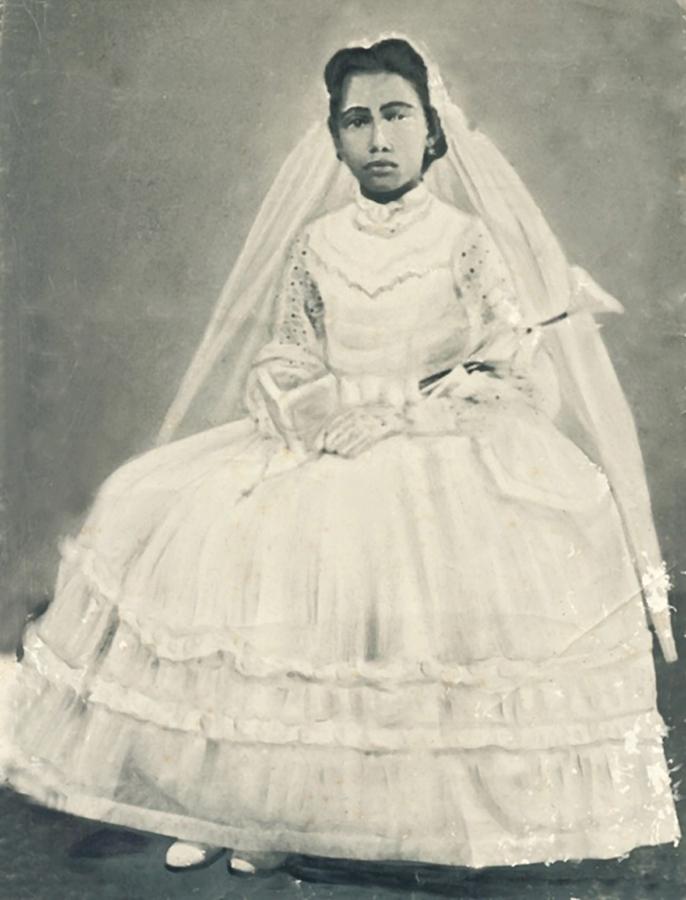 Glória Maria em pose no dia da primeira comunhão
