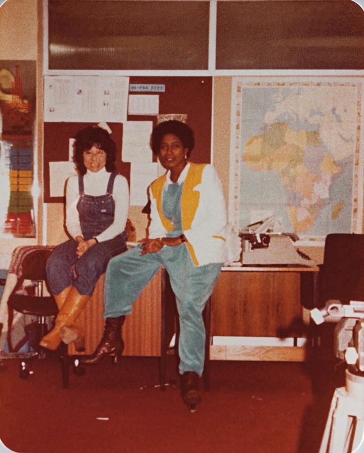 Nos anos 80, Glória ia a Londres gravar reportagens. Na foto, com a repórter Sandra Passarinho, no escritório da Globo