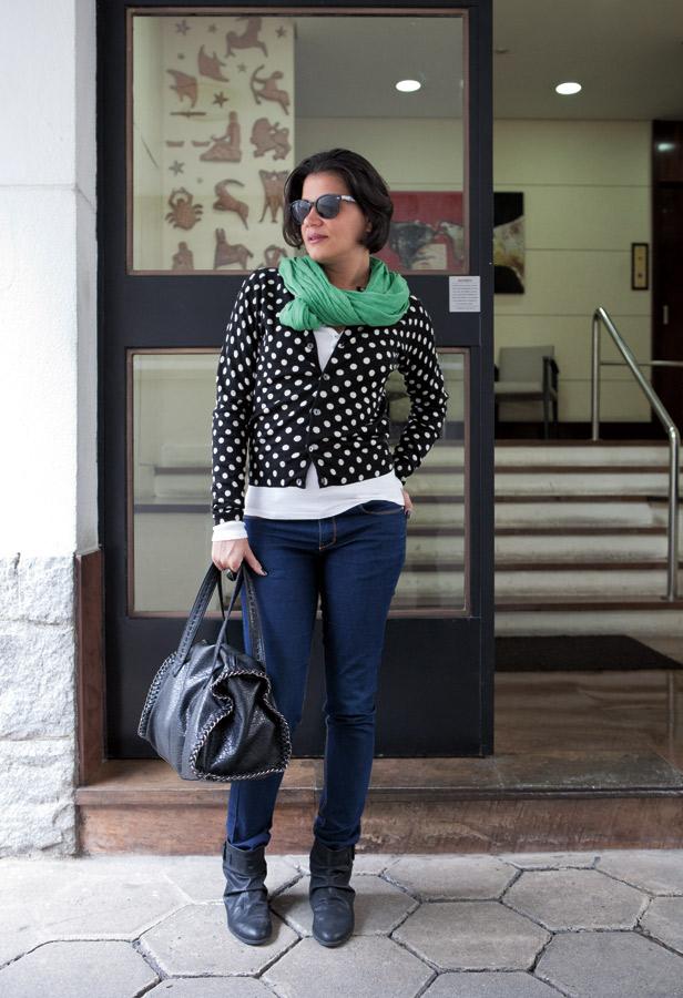 """segunda-feira  2/5 às 8h40  """"Segunda é segunda, aquela coisa mais difícil de levar. Optei por um casaco que tem bastante presença e escolhi a minha calça jeans mais coringa para entrar no embalo  e começar de vez a semana.""""  Óculos Ray-Ban  Echarpe e anel H&M  Camiseta Zara  Suéter Comme des Garçons para H&M  Jeans Amapô  Bota Zara  Bolsa C&A  Brincos e colar Jack Vartanian"""