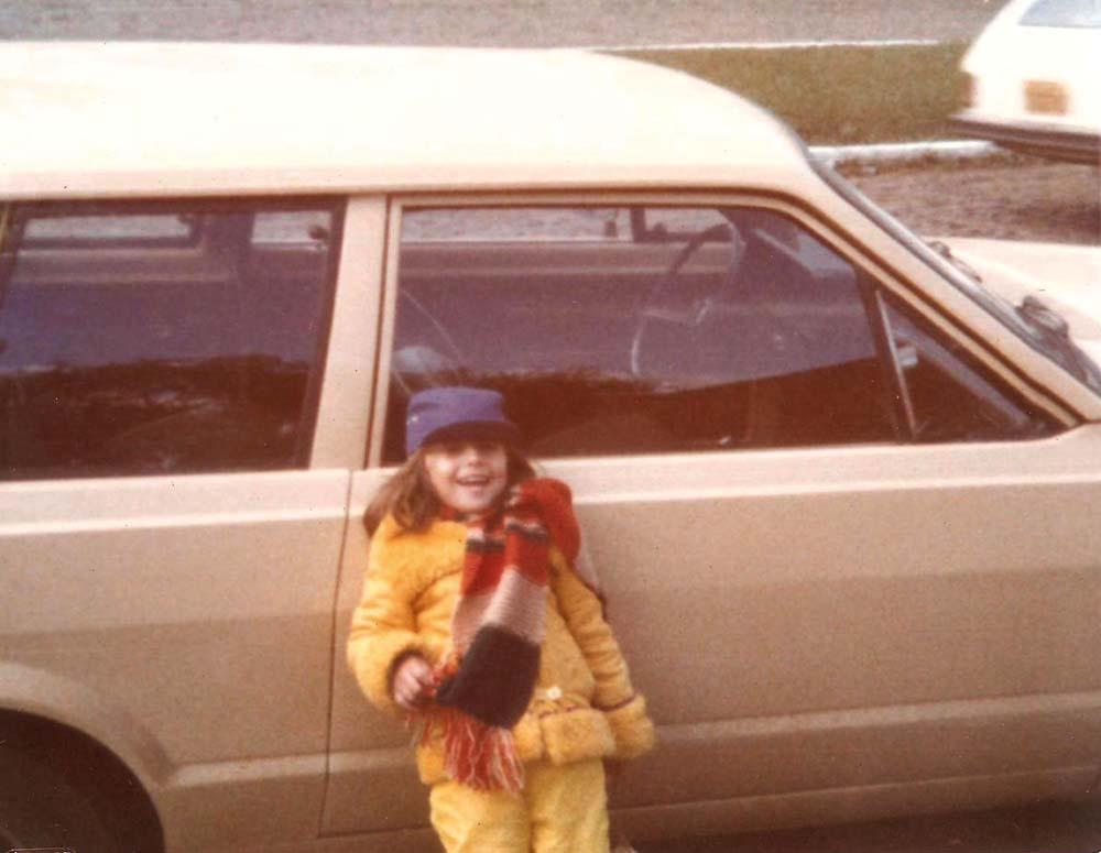 Aos 5 anos, apoiada na Belina ano 1979 que a família usava para viajar