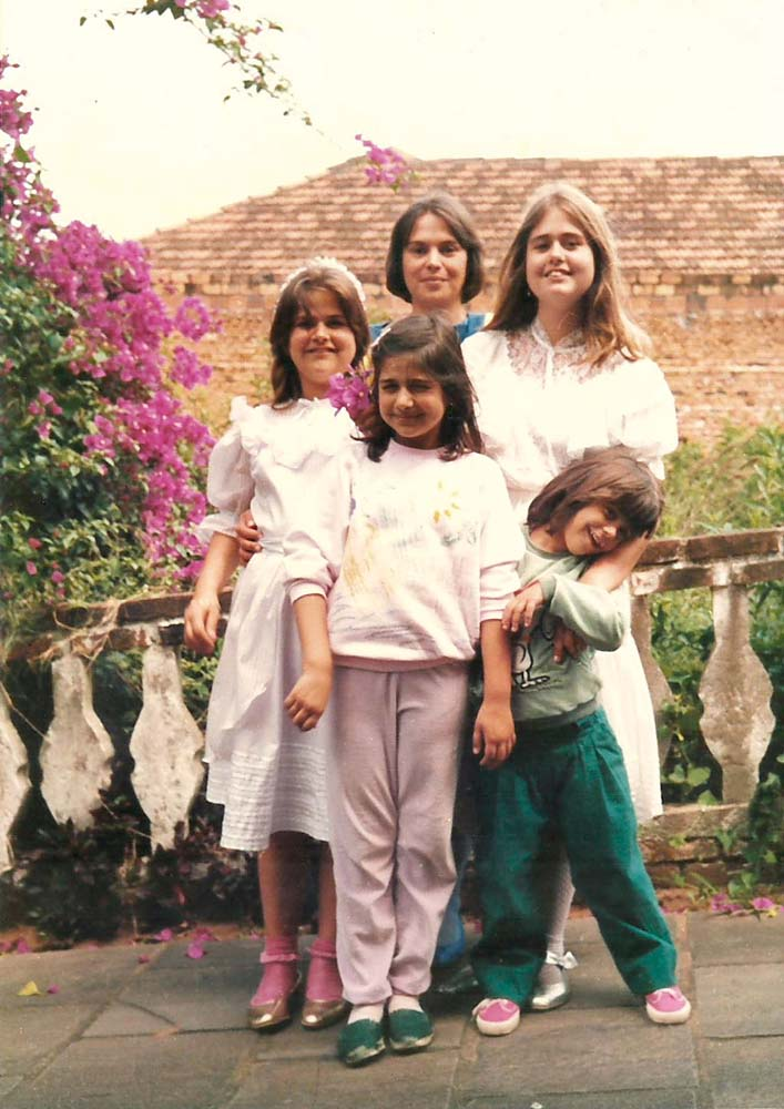 Ee minibombacha verde, com uma amiga da mãe e as irmãs Carolina, Mariana e Luciana , em Estância Velha (RS)