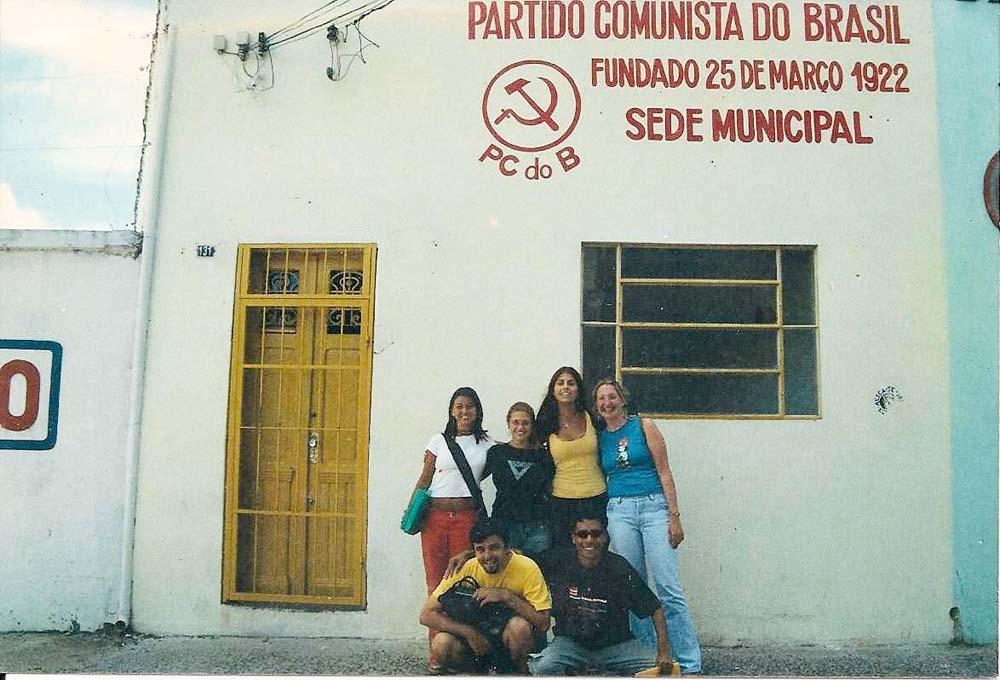 De regata amarela, recém-filiada ao PCdoB, em frente à antiga sede do partido em Porto Alegre