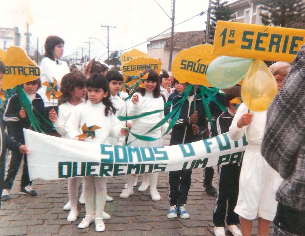 """com a turma da primeira série na passeata de 7 de Setembro de 1988, em São Lourenço do Sul (RS): """"Somos o futuro"""""""