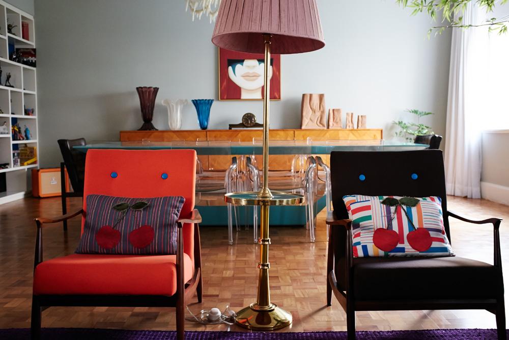 Mistura: Na sala de jantar, mesa Micasa combina com as cadeiras transparentes da TokStok. O bufê também é de antiquário e as poltronas, Desmobilia. Ao fundo, a obra da Tara McPherson é uma impressão sobre tela, comprada no site Click For Art