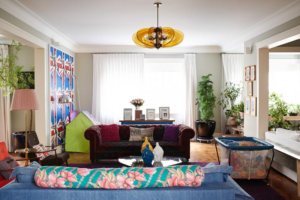 Camaleão: A sala principal da casa vive mudando. Ora com berço e tenda das crianças, ora com mesa e sofás para convidados. Na parede esquerda, pôsteres do The Who fazem o papel de parede e foram comprados no site All Posters