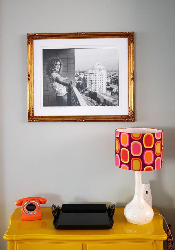 Lembrança: O abajur estilo anos 70 da artista Flavia Del Pra fez parte da decoração do casamento. O móvel amarelo é do Empório Santa Fé e foi reformado. Robert Plant, do Led Zepellin, faz companhia