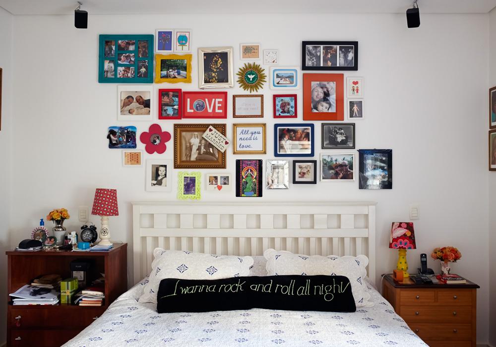"""Letras: No quarto, a nuvem de quadros tem fotos, lembranças e partes de letras de músicas dos Beatles. Em cima da cama, a máxima """"I wanna rock'n'roll all night"""", do Kiss"""