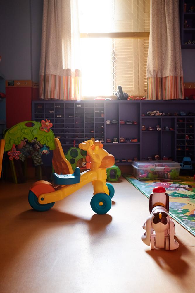 Relax:  As crianças têm um quarto de brinquedos só pra elas. A estante embaixo da janela foi feita sob medida e guarda a coleção de carrinhos dos pequenos
