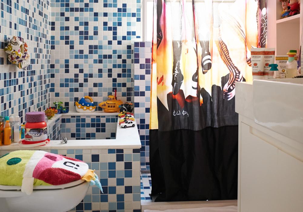 Cantando no chuveiro: A cortina do banheiro dos filhos é ilustrada pela capa do disco Destoyer, do Kiss, e custou US$ 10