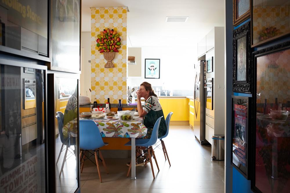 Balcões: Na cozinha, os azulejos são de antiquário. O espaço é onde a família se reúne pros cafés da manhã