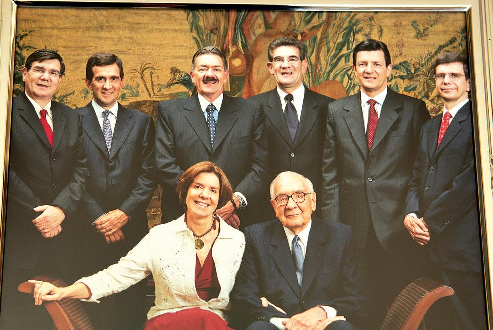 Olavo, sentado, e seus sete filhos