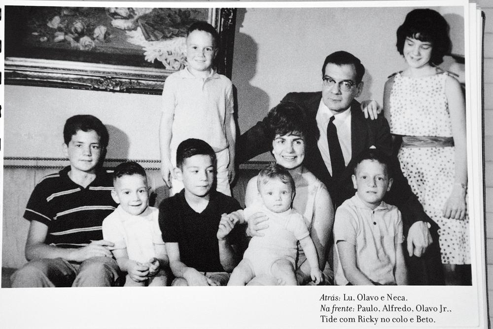 Pais e filhos: atrás, José Luiz, Olavo e Neca, em pé. Na frente a partir da esquerda: Paulo, Alfredo, Olavo Jr., Tide, com Ricky no colo, e Beto