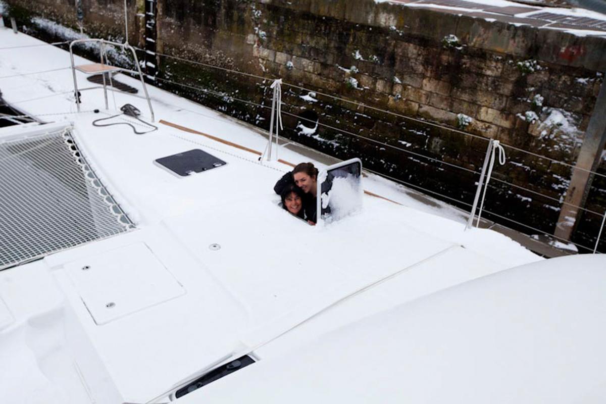Numa travessia de barco em La Rochelle com a capitã Nadia Megonn