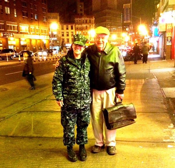 A irmã de Autumn, Vanessa, que dirige submarinos, e o pai
