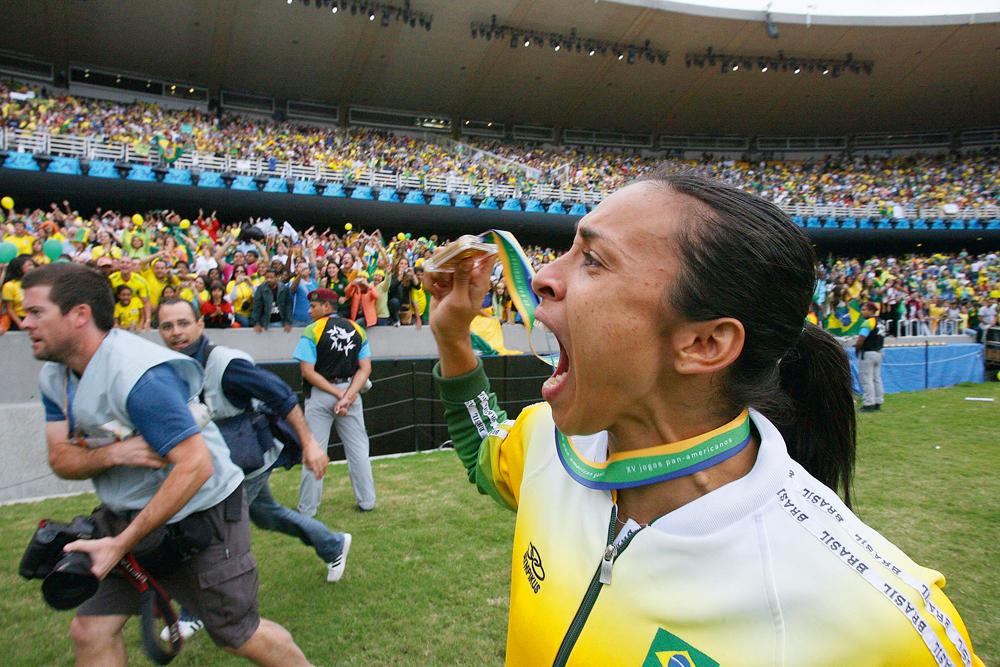 No Maracanã, Marta comemora a medalha de ouro conquistada nos Jogos Pan-americanos de 2007