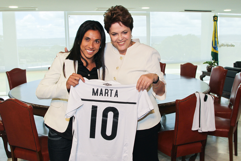 Em junho, Marta entrega uma camisa autografada para a presidente Dilma