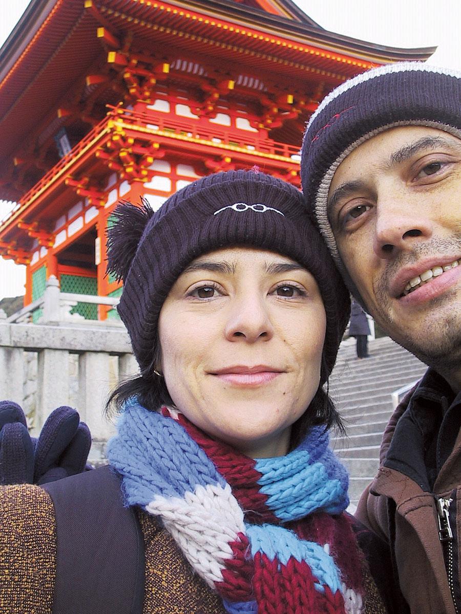"""82. Fernanda Takai*, 38 anos, vocalista da banda Pato Fu: Kyoto, Japão, 2006. """"Kyoto era a antiga capital imperial do Japão e tem mais templos do que em qualquer outro lugar. É do tipo de visita obrigatória quando se está no país. Tava bem frio e foi uma das raras viagens em que não estávamos trabalhando, só passeando mesmo."""""""