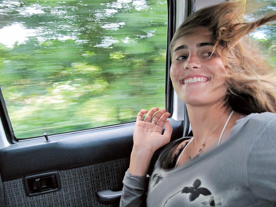 """84. Layla Motta*, 22 anos, estudante: Salsa Brava, Costa Rica, 2009. """"3.900 quilômetros em 27 dias. Foi uma superexperiência acompanhar a produção de um filme de surf com o namorado e dois amigos, todos surfistas profissionais"""""""