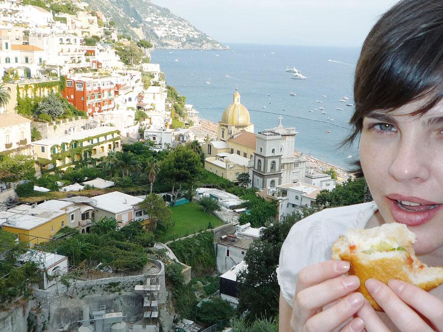"""79. Alessandra Blanco*, 37 anos, jornalista e autora do blog Comidinhas: Positano, Itália, 2008.  """"Esta viagem foi tão especial que já estive em Positano  mais três vezes. Foi quando decidi que queria escrever sobre comida."""""""