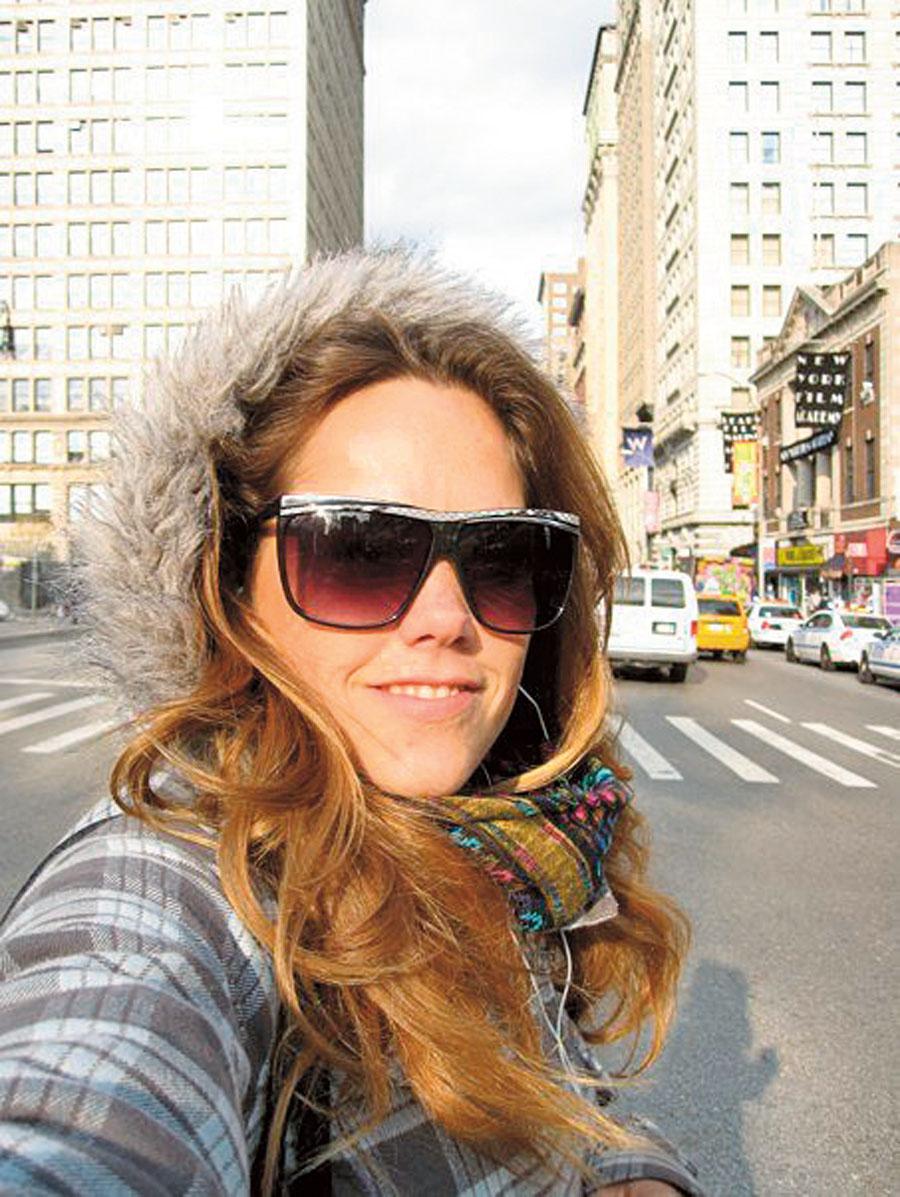 """80. Veridiana Bressane*, 29 anos, apresentadora  do CANAL DE TV Woohoo: Nova York, EUA, 2009.  """"NY é especial. Gostei muito da diversidade de estilos, da coisa de ser cosmopolita mesmo. A arquitetura, a luz, a cor do céu, as galerias de arte e todas as expressões artísticas num mesmo lugar."""""""