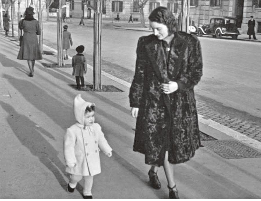 De sobretudo branco passeando com a mãe pela Toscana, na Itália, em 1943