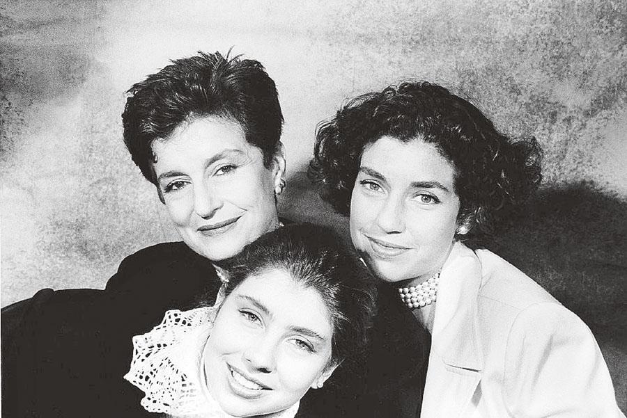 Com as filhas, Consuelo e Alessandra, em 1972, na casa de Gabriella Pascolato