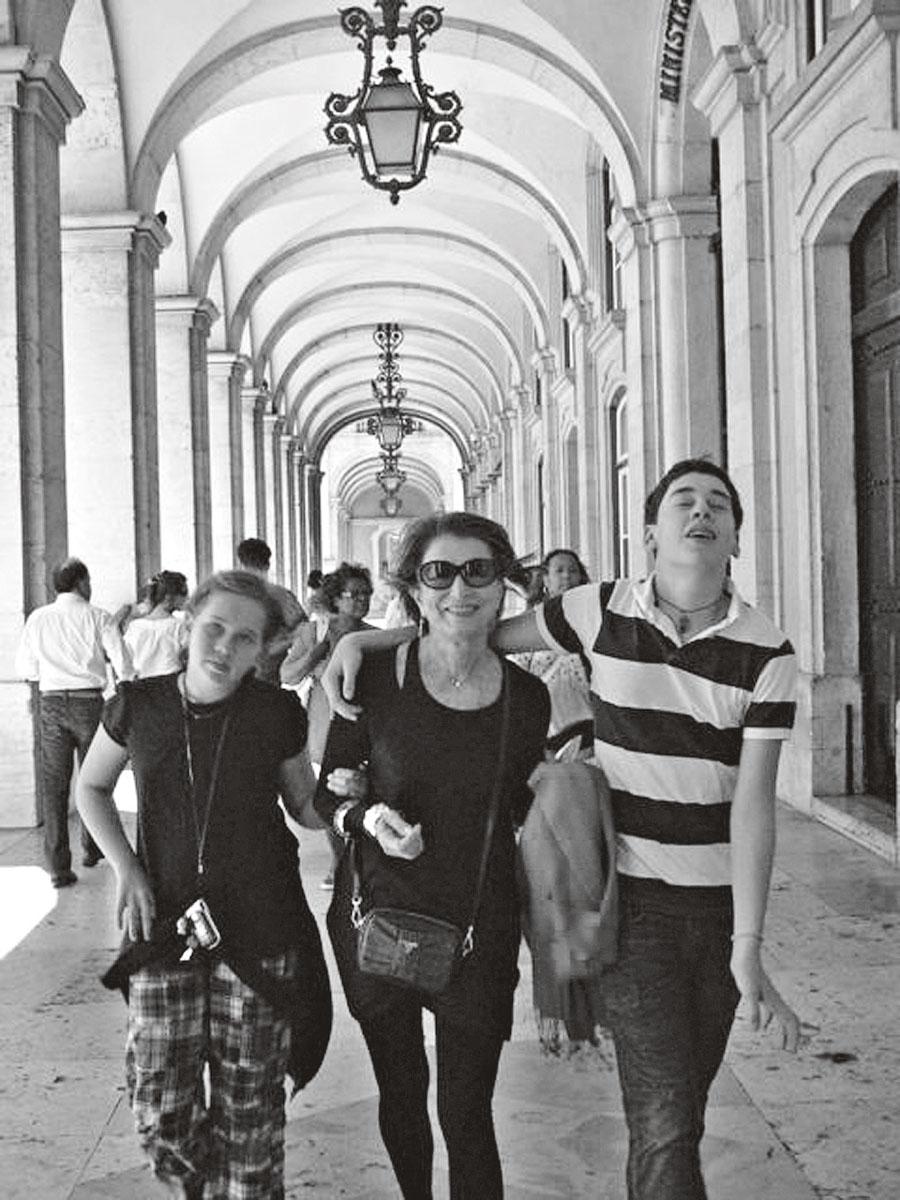 Em 2006, com os netos, Allegra e Cosimo, em Lisboa, Portugal