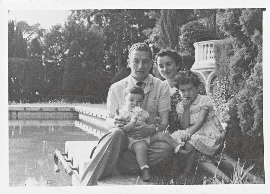 Com os pais e o irmão, Alessandro Pascolato, na casa da família na rua Alemanha, em São Paulo