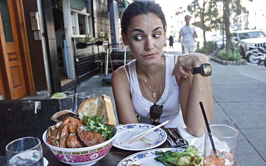 Fatty Crab (www.fattycrab.com). Um dia, andando de bike, vimos um lugar minúsculo onde uma pessoa comia um enorme caranguejo. Não pensamos duas vezes e logo estávamos comendo o mesmo; eles vêm mergulhados num molho denso de leite de coco, pimenta e tomate. Para acompanhar, torradas e verduras chinesas refogadas.