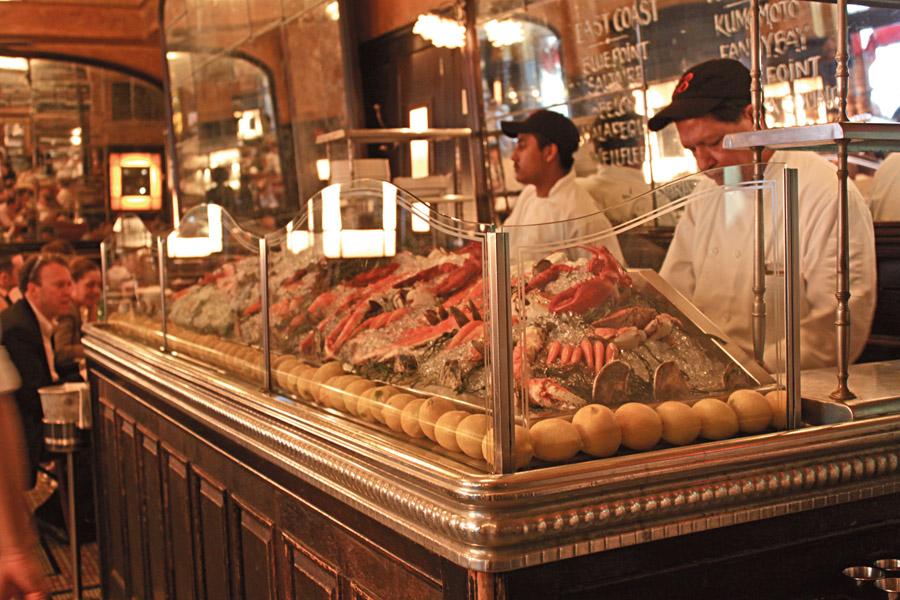 O mais criativo é o The Spotted Pig (www.thespottedpig.com). Imagina um restaurante escuro, com velas, tons de vermelho camurça, um móvel diferente do outro e garçonetes tatuadas. Mas imagina tudo isso repleto de figuras de porco. O lugar é inspirado no bichinho, não pense que é fofo: é meio macabro, mas as ostras são ótimas!