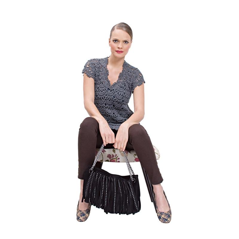 O vestido mais pesado de tricô e a bolsa em franja sofisticam o visual, fazendo a linha mais arrumada. // Vestido Guria R$ 342, Sapatilha Luiza Perea R$ 259, Bolsa Equus R$ 299,90