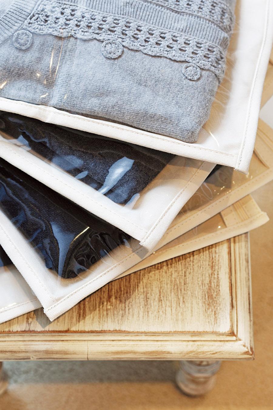 <b>Na estica</b> Os cabides são próprios para cada roupa. Na Utilitá, modelos emborrachados para saias custam R$ 22. Na Multicoisas, cabides simples custam de R$ 1,50 a  R$ 2,20; a Utilitá também vende capas de sarja e plástico para conservar roupas. Uma para vestido médio sai por R$ 70