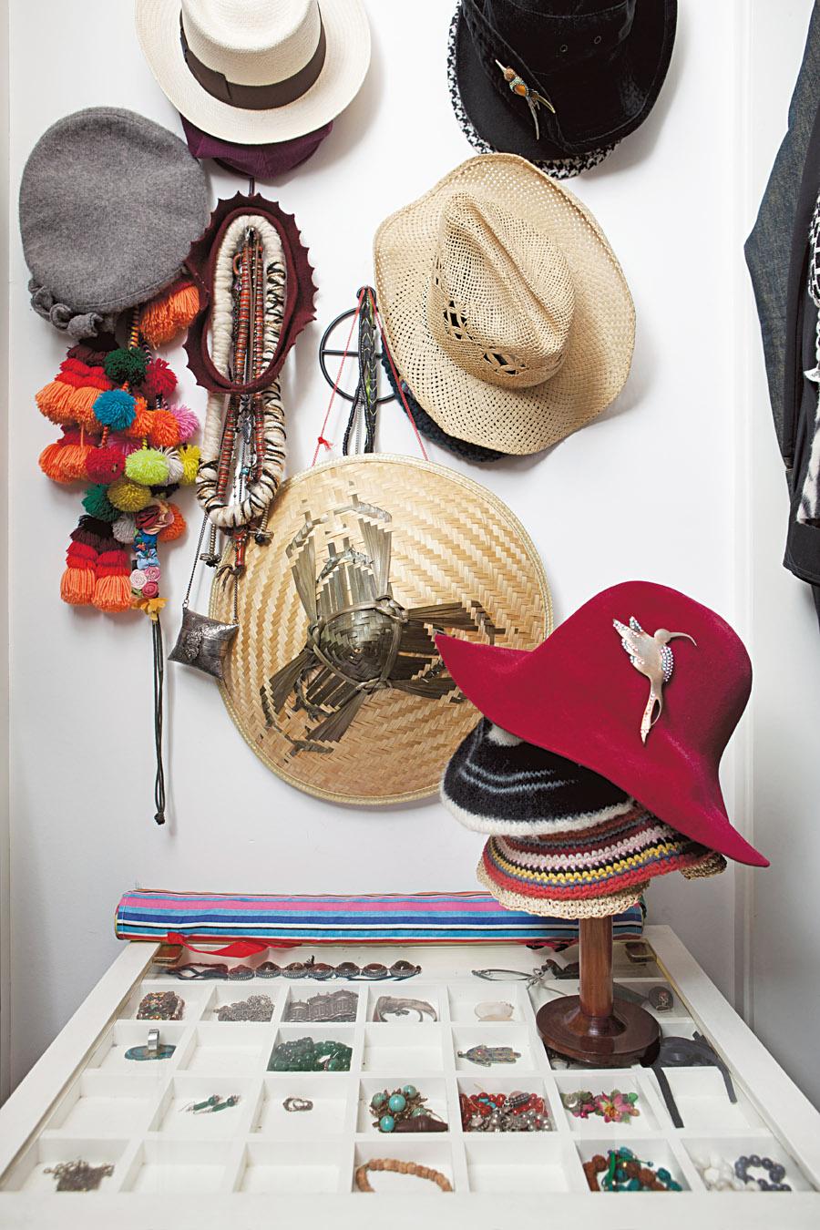 <b>Todos os cantos<\b> Renata otimiza o espaço pendurando chapéus na parede e guarda bijuterias na parte de cima da cômoda de rodinhas