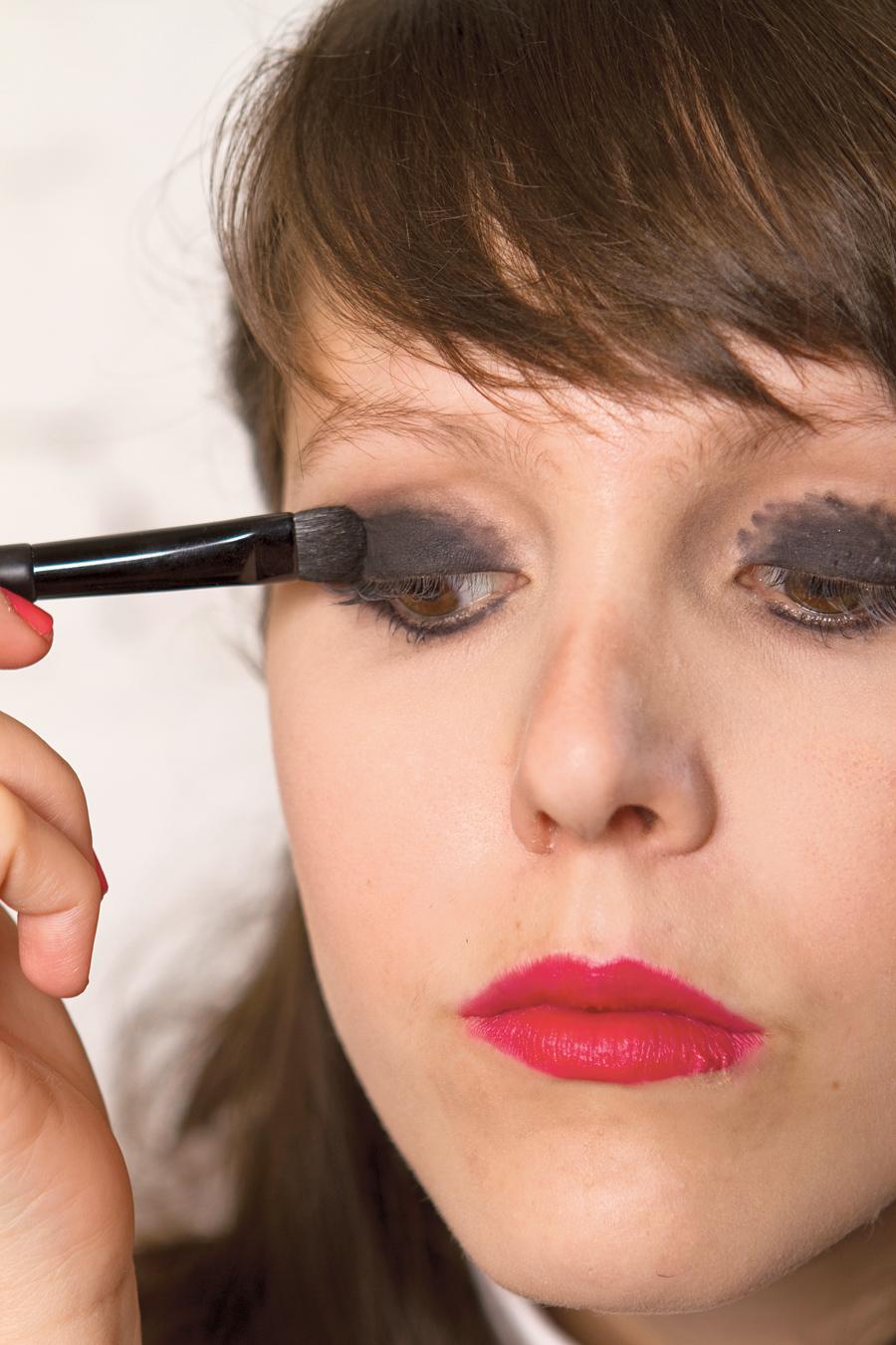 2. Preencha a pálpebra e esfumace a parte inferior do olho com a sombra preta (Carbon Matte, M.A.C)