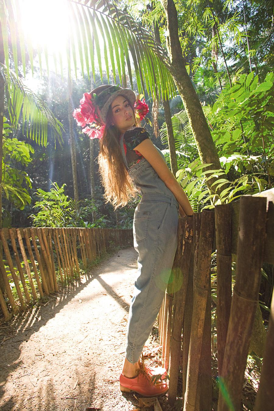 chapéu <b>Erika Ikezili</b> preço sob consulta,  blusa <b>Lucy in the Sky</b> R$ 105,  macacão <b>DTA</b> R$ 424,  sapato <b>Tabita</b> R$ 209