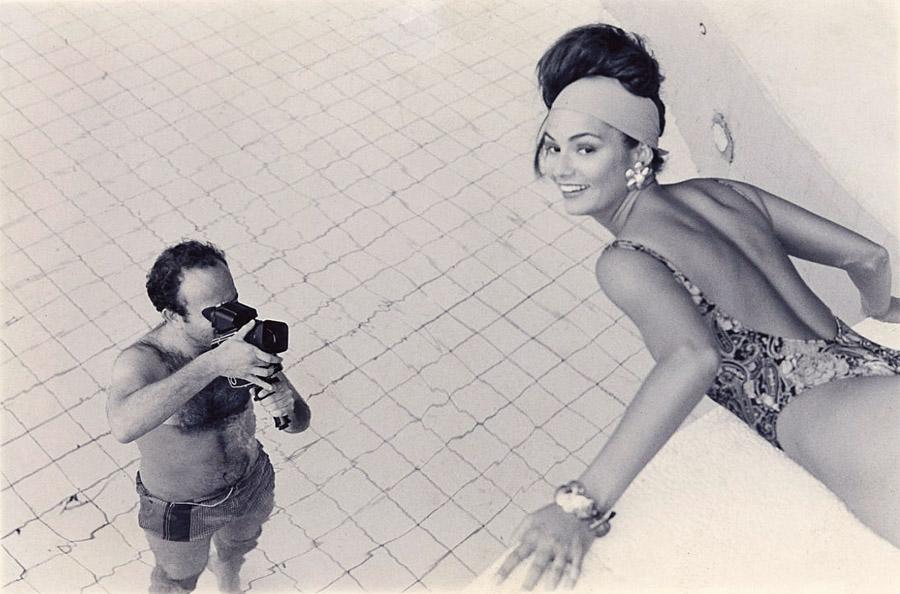 Dentro d'água, mirando as lentes para Luiza Brunet, em ensaio da revista Vogue