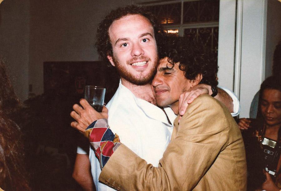 Em 1980, Bob encontra o amigo Caetano Veloso numa festa