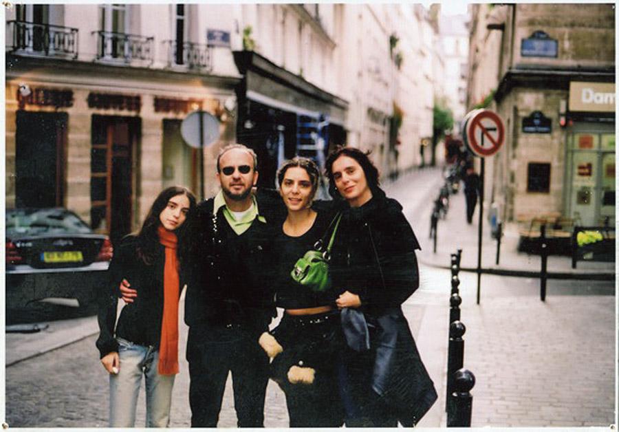 Em viagem a Paris em 2004 com as filhas Isabel e Chica, e a mulher, Mariza