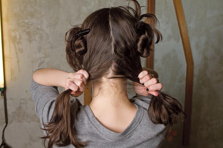 1. Divida o cabelo em quatro partes, duas dos lados e duas atrás. Não se preocupe com a simetria. Prenda cada tufinho de cabelo com presilhas de plástico