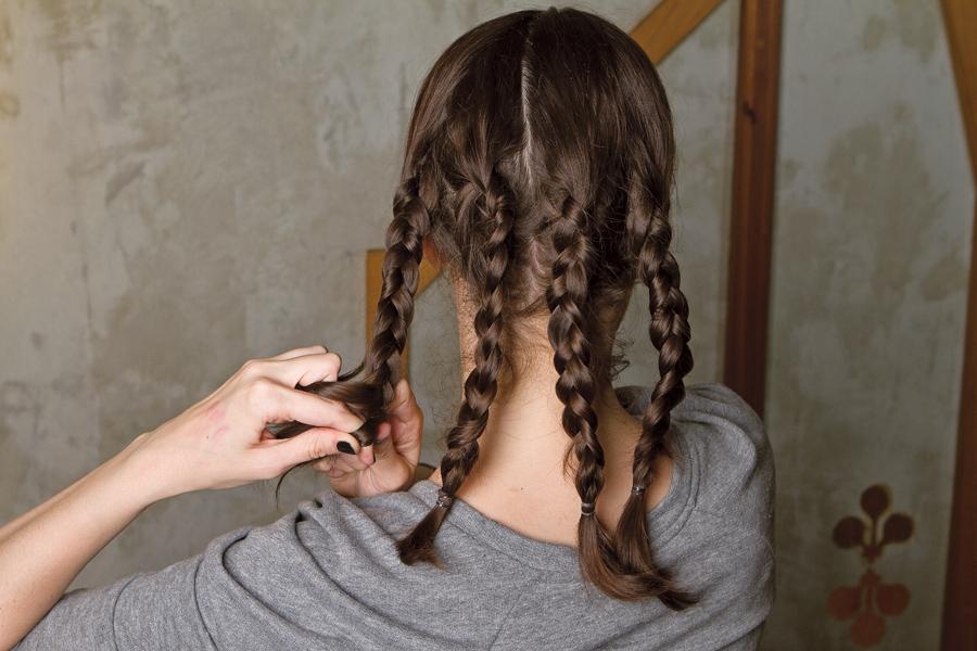 2. Trance cada parte do cabelo, fazendo quatro tranças bem presas e retas